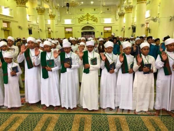 Peserta World #QuranHour melafazkan ikrar al-Quran untuk menjadikan kitab suci ini sebagai panduan sepanjang hayat.
