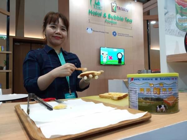 Mina Kuan menunjukkan salah satu produk keluaran FuFann Enterprise iaitu pes majerin ketika menyertai Taiwan Expo 2019.