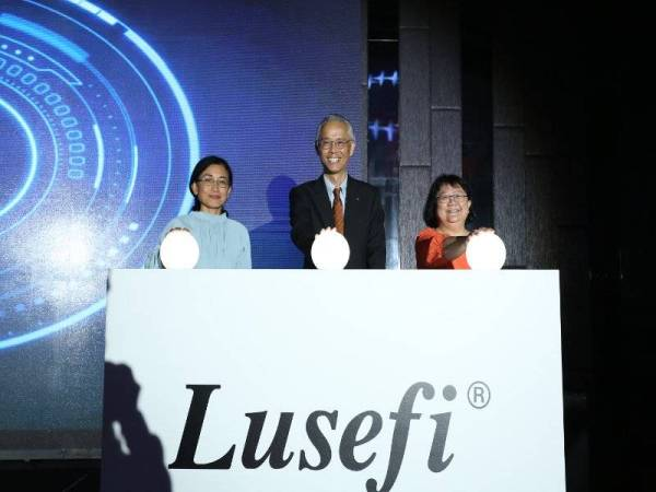 DARI KIRI Dr Zanariah, Tatezono dan siew Pheng ketika merasmikan pelancaran Lusefi di Kuala Lumpur baru-baru ini.