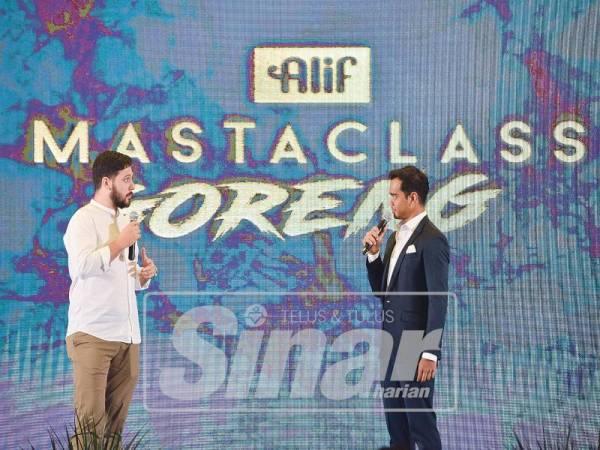 CEF NIK MICHAEL (kiri) bersama Alif menyerikan Majlis Pelancaran Minyak Alif Berwajah Baharu di Grand Hyatt Kuala Lumpur, baru-baru ini.
