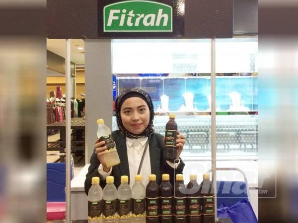 Rabbiatul Adawiah menunjukkan produk keluaran Fitrah.