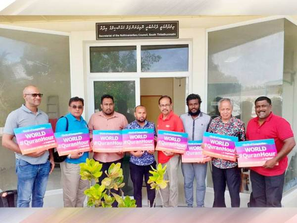 Muhammad Nasir (dua dari kanan) bersama Sekretariat Majlis Nolhivaranfaru ketika berkunjung ke Thiladhunmathi Selatan.