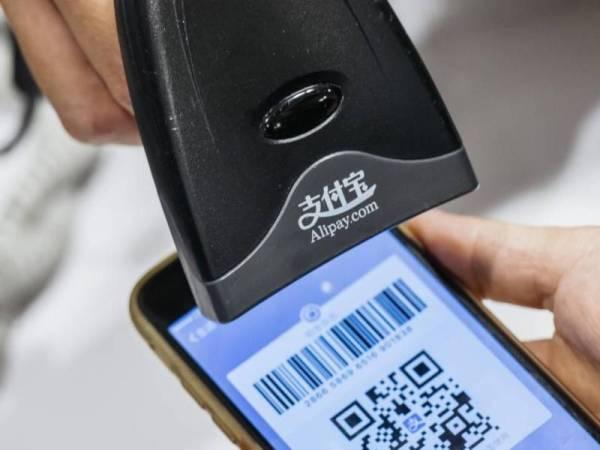 KAEDAH pengimbasan Kod Quick Response (QR) Alipay melalui telefon pintar masing-masing menjadikan urus niaga lebih mudah.