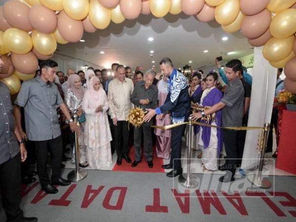 Dr Mahathir (tengah) memotong riben sebagai simbolik perasmian Jakel Langkawi pada Ahad lalu.