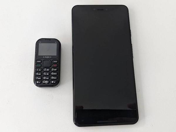 PERBEZAAN saiz antara Zanco T2 jika dibandingkan dengan telefon pintar biasa.