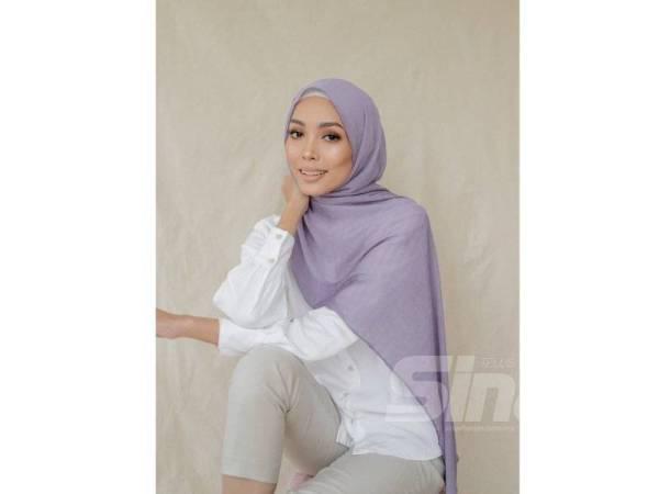MATERIAL sifon menyuntik efek beralun apabila digayakan para hijabi.