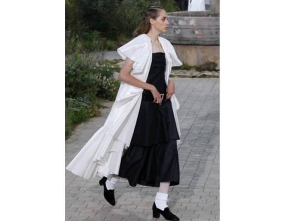 KOMBINASI kardigan dan dres polos hitam serta putih menyuntik penampilan kasual.