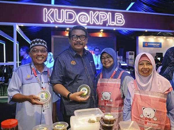 Ketua Setiausaha Kementerian Pembangunan Luar Bandar, Dr Ahmad Jailani Muhamed Yunus (dua dari kiri) bersama usahawan wanita yang menyertai Karnival Usahawan Desa (KUD) anjuran PKLB sebelum ini.
