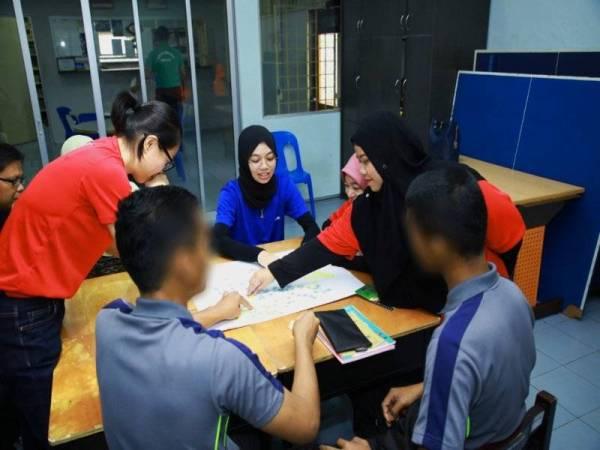 Nur Afiqah bersama pasukan sukarelawan membantu menyediakan khidmat kelas tambahan bagi pelajar-pelajar juvana yang menghadapi Sijil Peperiksaan Malaysia (SPM)