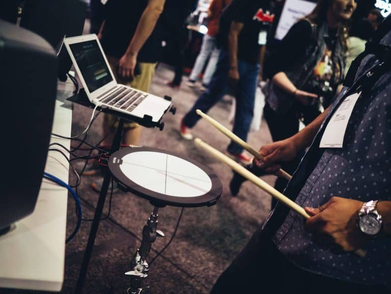 Joven tocando bateria