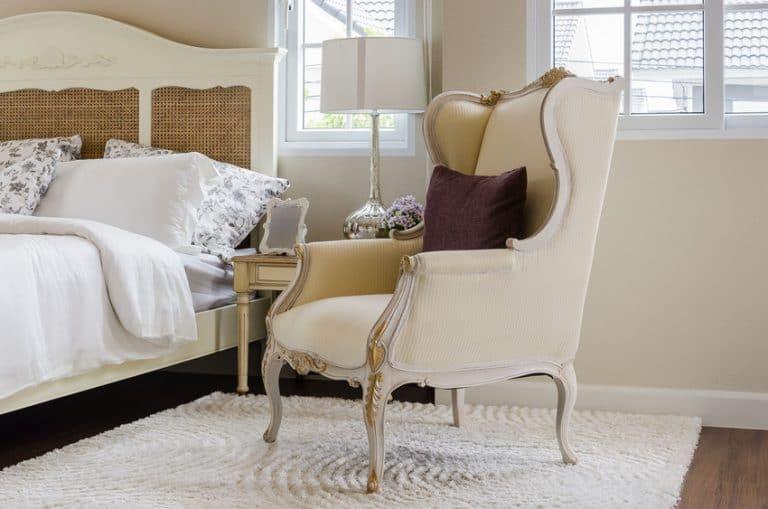 Un sillón orejero clásico de color beige