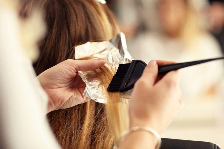 Mujer pintando el cabello