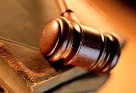 La Audiencia provincial de Cantabria anula una cláusula suelo abusiva de un contrato hipotecario, al declararla nula. Esta sentencia ratifica una sentencia anterior dictada por el juzgado de lo Mercantil de Santander, que ya la declaró nula por considerar que era una cláusula abusiva y condenó asimismo a la entidad a devolver al cliente afectado las cantidades cobradas indebidamente. La sentencia, dictada por la Audiencia Provincial de Cantabria, señala que el hecho de que la cláusula aparezca a parte, no acredita de ningún modo que se ejerciera un control de transparencia adecuado. Tampoco se acredita por parte de la entidad que se ofreciese toda la información necesaria al cliente afectado, negando una información vital sobre las previsiones de los intereses a corto y largo plazo y sobre el contenido de dicha cláusula abusiva. También se señala en el escrito que no se le hicieron al cliente, en la fase anterior a la firma del contrato, todos los tests de idoneidad, ni tampoco se practicó ninguna simulación de escenarios diversos en relación con los posibles comportamientos de los tipos de interés. Parece evidente, pues, que existe una clara desproporción y un enorme desequilibrio en el reparto de los riesgos sobre la variabilidad de los tipos de interés entre las partes. En el fallo también se detalla que desde la firma del contrato (año 2006), hasta el momento de la sentencia, se han producido varias bajadas de los tipos de interés referencial, y cuando se ha producido una subida de los mismos ha sido imperceptible. Sin embargo, la entidad dí que tuvo la previsión de colocar una cláusula techo al 9%, a sabiendas de que resultaría imposible que el interés referencial alcanzara tales cotas. Desde el tribunal explican que cualquier riesgo en la variación del tipo de interés da cobertura a la entidad y frustra al cliente que se ve impedido de beneficiarse de una baja de cuotas debido a la aplicación de esta cláusula abusiva. Por último, cabe señalar que este no es un