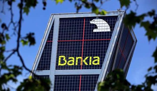 Hasta 27.232 afectados de Bankia y CatalunyaCaixa han interpuesto reclamaciones por preferentes en los juzgados la devolución de 1.724 millones. Del total reclamado sólo quedan 142 laudos pendientes, correspondientes a demandas contra Bankia. Aunque el número de solicitudes de arbitraje aceptadas ha sido superior al 90%, el cliente sólo ha recuperado un 51% del dinero perdido. Más de 20.000 clientes afectados por las participaciones preferentes de Bankia y Catalunya Caixa habían reclamado ante los juzgados antes del pasado 2 de enero, por la devolución de un importe superior a los 1.700 millones de euros, según se ha hecho constar en el séptimo informe de la comisión reguladora de instrumentos híbridos. En dicho documento se hace destacar que hasta principio de año se habían planteado 27.232 reclamaciones por preferentes por vía judicial, de las que ya se han resuelto 10.000 en primera instancia, por un laudo de 626 millones de euros. El 84% de esa cantidad fue recuperado por los afectados al obtener estos sentencia favorable. Mientras que el 10% del importe por demandas ya finalizadas fue a favor de la entidad y el 6% restante corresponde a los clientes que desistieron de tomar acciones judiciales. Demandas por preferentes por entidad Por entidades, fue Bankia que encabeza la lista con más de 20.000 demandas, por un importe superior a los 1.500 millones de euros. Hasta el 2 de enero pasado se finalizaron 9.041 procedimientos por un valor de 593 millones de euros. De ellos 7.707 casos acabaron con una sentencia favorable al cliente obligando a la entidad a abonar algo más de 497 millones (84%), frente a las 897 demandas ganadas por la entidad financiera por un valor de 60 millones (10%). Los restantes 437 clientes desistieron de sus acciones judiciales, renunciando a la recuperación de otros 35,9 millones (6%). Catalunya Caixa, recibió 6.752 demandas de preferentistas que reclamaban 201,35 millones de euros. Hasta la fecha del informe se habían resuelto en primera i
