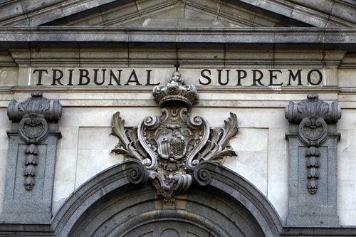 """El Tribunal Supremo apeló al """"trastorno económico"""" que supondría para la banca devolver todo lo cobrado de más por las cláusulas suelo de hipotecas declaradas abusivas y ha zanjado de forma definitiva la discrepancia entre los jueces sobre el asunto, al concluir que no restituirá aquellas anteriores al 9 de mayo de 2013. El 9 de mayo de 2013, el Supremo dictó una sentencia en la que declaraba nulas todas las cláusulas suelo que no cumplieran con los criterios de transparencia, incluso si el cliente se benefició """"durante un tiempo"""" de caídas en el euríbor y declaraba la irretroactividad de su decisión. Desde esa fecha muchos tribunales españoles fallaron a favor de la devolución de las cantidades cobradas de más desde el inicio del contrato, al entender que el Supremo falló sobre una acción colectiva de cesación -lo que suponía eliminarla de las condiciones generales del contrato y no aplicarla en lo sucesivo-, y no se debían aplicar a casos individuales. Ahora, el alto tribunal, estimando un recurso del BBVA contra una sentencia de la Audiencia Provincial de Álava que, siguiendo este criterio, condenó a la entidad a restituir las cantidades desde el principio, aclara que el """"conflicto jurídico"""" entre una acción colectiva y una individual es el mismo. En este sentido, insiste en que su sentencia de 9 de mayo de 2013 ya fijó doctrina para todos aquellos supuestos en que resulte, tras su examen, el carácter abusivo de una cláusula suelo. Los tribunales favorables a la devolución de las cantidades también se aferraban a que los casos individuales no suponían """"el trastorno grave para el orden económico"""" que invocó hace dos años el Supremo para declarar la irretroactividad de su sentencia. A ello, el Supremo responde que """"la afectación al orden público económico no nace de la suma a devolver en un singular procedimiento, que puede resultar ridícula en términos macroeconómicos, sino por la suma de los muchos miles de procedimientos tramitados y en tramitación con análogo o"""
