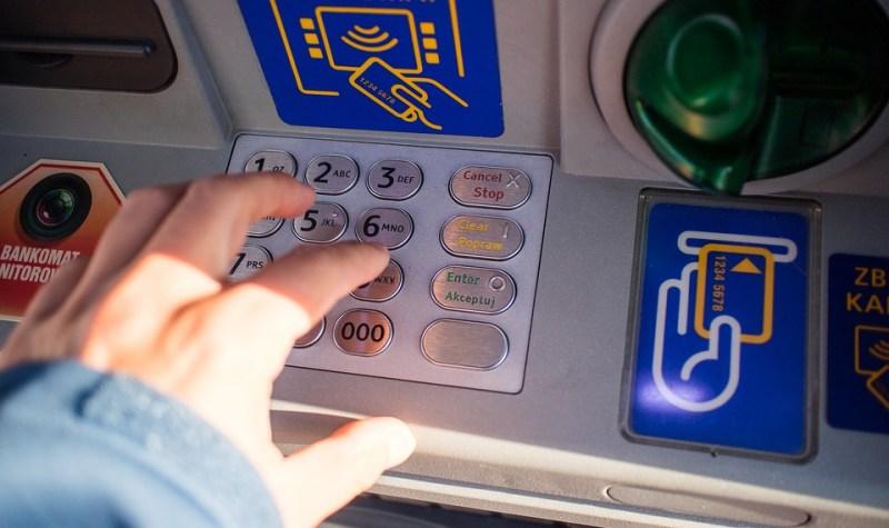 ¿Puede tu banco obligarte a sacar dinero por el cajero automático?
