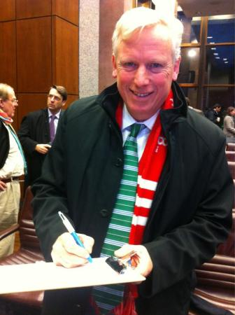 David Miller signing the University of Toronto fossil fuel divestment petition