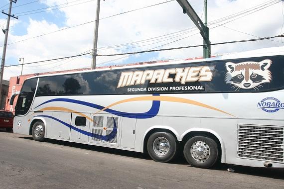 """El autobús de los """"Mapaches""""  fue trasladado a la unidad territorial numero uno del Ministerio Público de la delegación Cuahutemoc, después que elementos de la extinta AFI lo confiscaron durante el operativo. Foto: Cuartoscuro"""