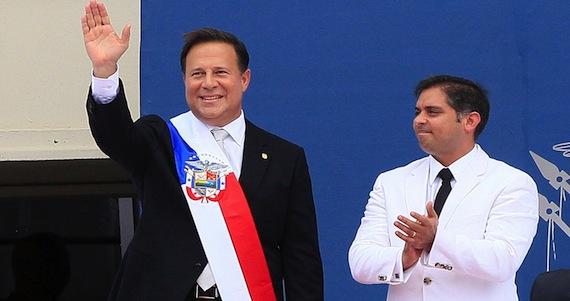El panameño Juan Carlos Varela (i) saluda vistiendo la banda presidencial tras jurar como nuevo presidente de Panamá hoy, martes 1 de julio en la ciudad de Panamá.  Foto: EFE.