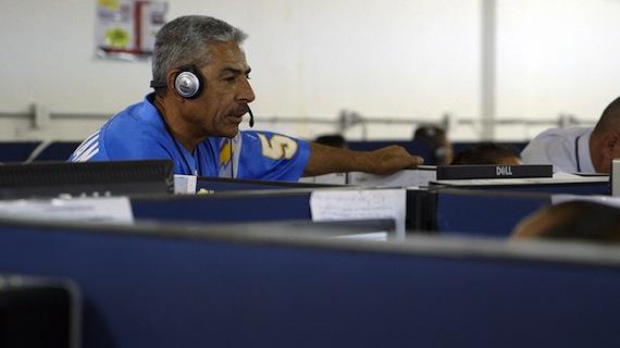 Los deportados encuentran empleo en empresas de call-center. Foto: VICE News