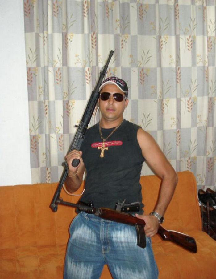 El funcionario posa portando dos armas largas, así como dos pistolas enfundadas en la cintura. Foto: Twitter