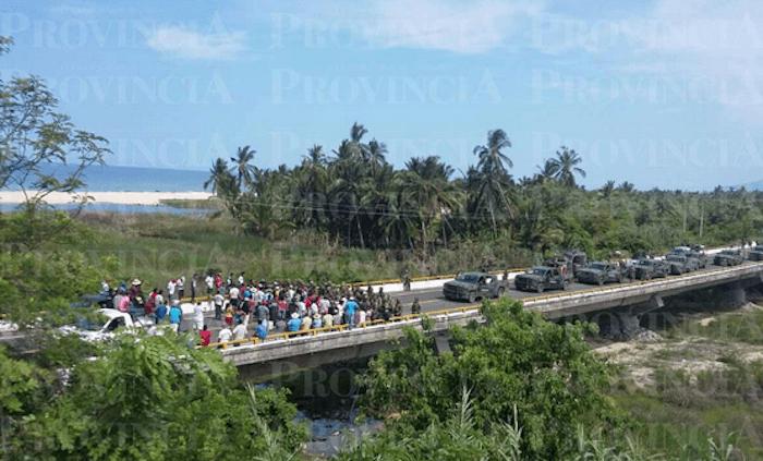Pobladores de Aquila trataron de evitar el ingreso del Ejército a su comunidad. Foto: Provincia