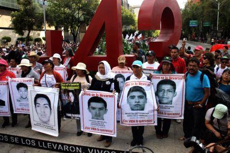 Padres de los 43 desaparecidos marcharon en la Ciudad de México. Foto: Luis Barrón