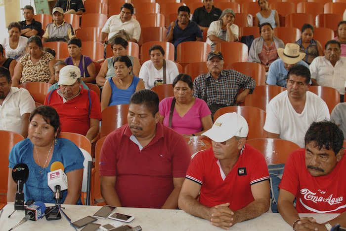 Padres de los 43 normalistas de Ayotzinapa ofrecieron hoy una conferencia de prensa en Tixtla, Guerrero. Foto: Cuartoscuro