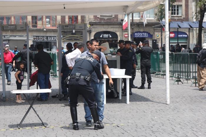 Se han instalado al menos seis filtros de seguridad en las calles aledañas a la Plaza de la Constitución. Foto: Francisco Cañedo, SinEmbargo