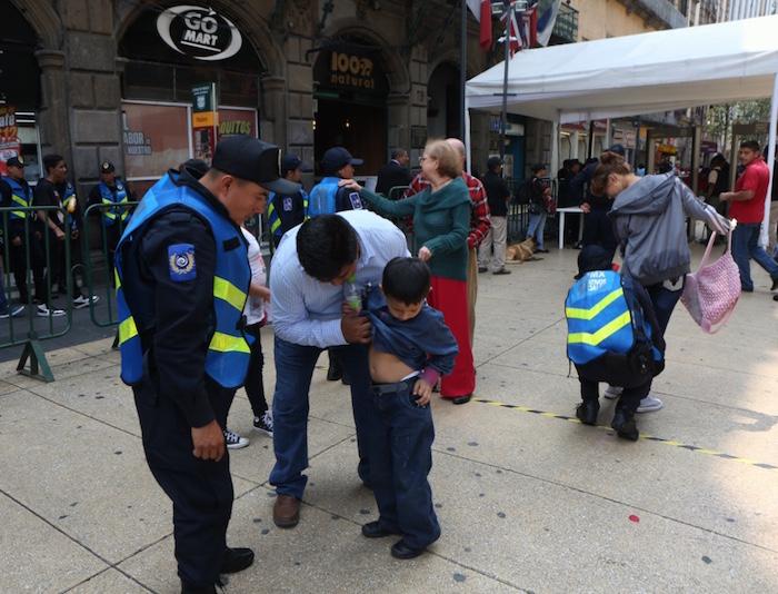 Hoy en el Zócalo Capitalino los menores de edad son revisados por sus padres frente a elementos de seguridad. Foto: Francisco Cañedo, SinEmbargo