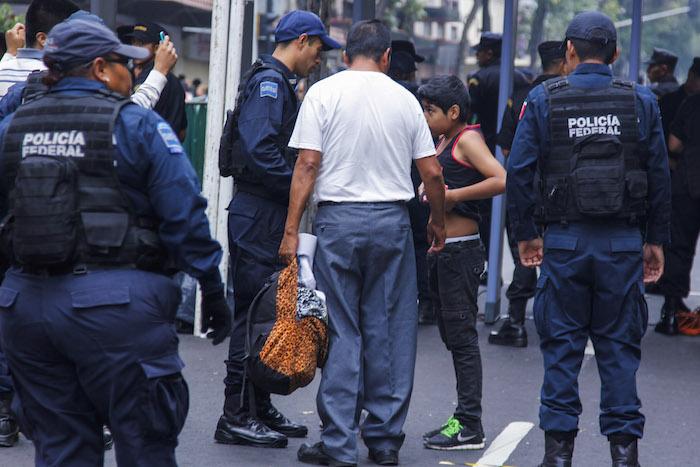 La CDHDF ya envió medidas precautorias para que no se violen los derechos de los menores que hoy ingresan al Zócalo para presencial la ceremonia del Grito de Independencia. Foto: Cuartoscuro