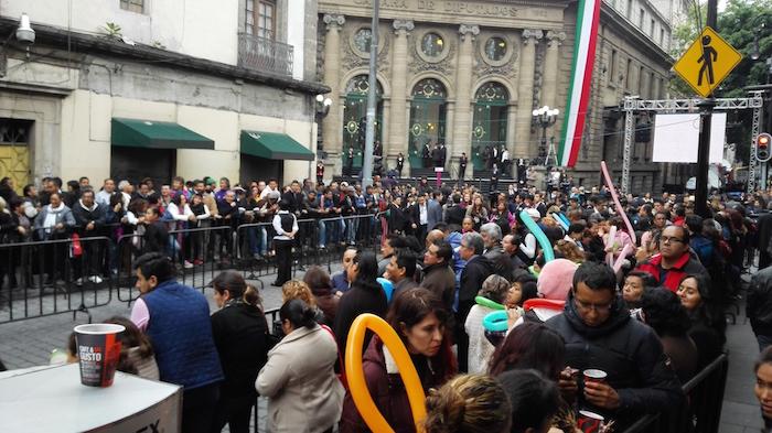 Donceles quedó convertida en una especie de pasarela de servidores públicos. Foto: Luis Barrón, SinEmbargo.