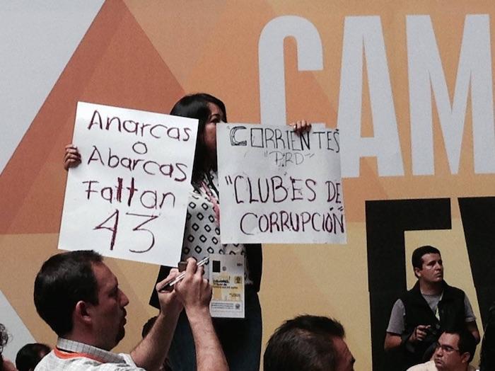 Las muestras de rechazo al discurso de Carlos Navarrete se hicieron presentes en el Congreso del PRD. Foto: David Huerta Martínez, SinEmbargo