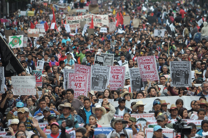 2015. Otra vez, buscando justicia en las calles. Foto: Cuartoscuro