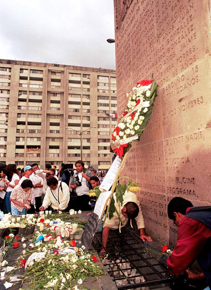 2 de octubre de 2000. Cientos acuden a poner veladoras en el lugar donde cayeron los muertos. Foto: Cuartoscuro