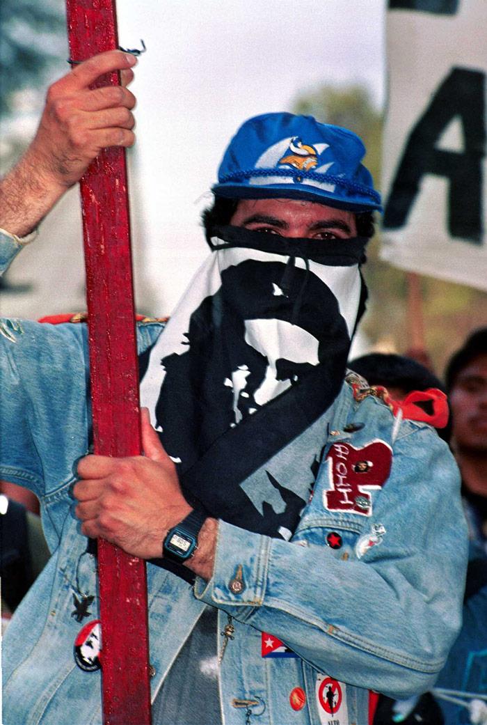 2 de octubre de 2002. Unas 15 mil personas de diversas organizaciones civiles en la conmemoración. Foto: Cuartoscuro