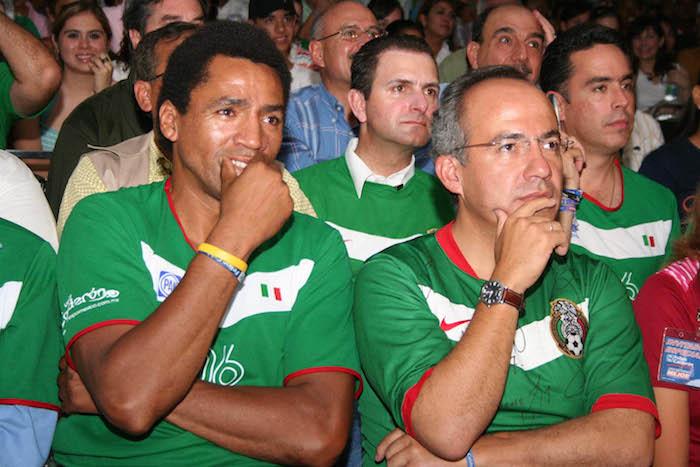 En una foto del 2006 junto al ex Presidente Calderón. Foto: Cuartoscuro