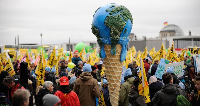 Activistas participan durante la Marcha Global del Clima, en la ciudad de BerlÌn, Alemania. Foto: Xinhua