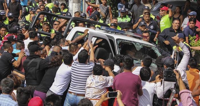 Los colonos atraparon a los ladrones e intentaron lincharlos, policías municipales llegaron al lugar para rescatarlos. Los vecinos se enfrentaron a los policías en un intento de hacer justicia por su propia mano. Foto: Cuartoscuro