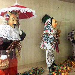 Muñecos vestidos y enmascarados de la manera tradicional que los alemanes del sur hacen en el carnaval