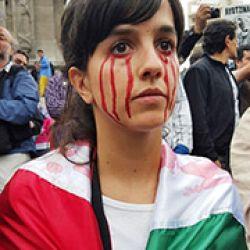 Una muchacha mexicana se manifiesta en el Distrito Federal por la desaparición de los 43 muchachos de Ayotzinapa