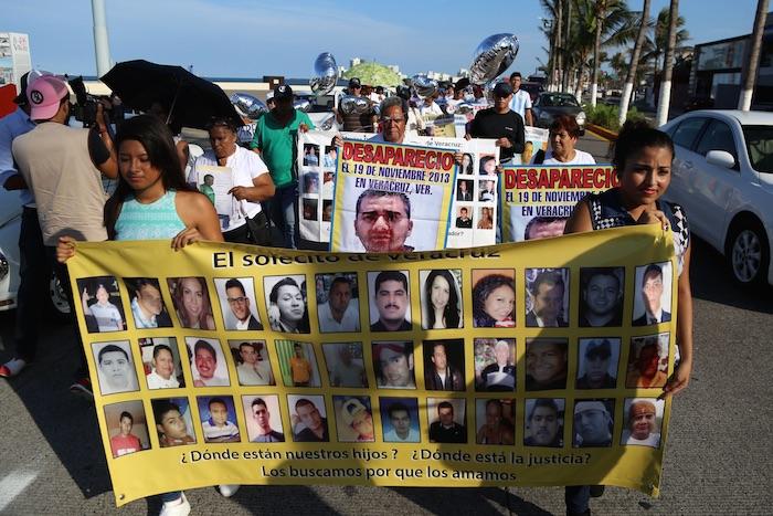 Familiares de desaparecidos marcharon del asta bandera al Zócalo de la ciudad para exigir a las autoridades el esclarecimiento de sus casos, en el marco del Día Internacional del Desaparecido. Foto: Cuartoscuro