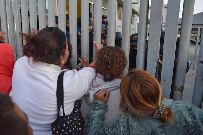 Familiares de los internos se manifiestan afuera de las instalaciones del penal en exigencia de que se les den informes sobre lo ocurrido durante las primeras horas de este jueves. Foto: AP.