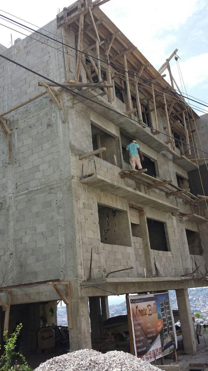 La asociación refirió que la obra está construida en un área residencial donde los edificios no son permitidos. Foto: Especial