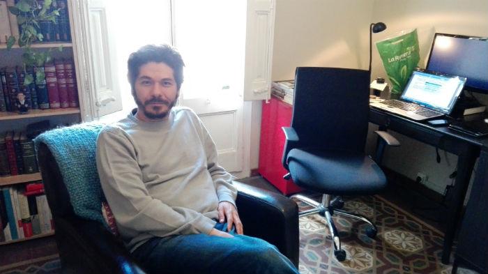 Juan Pablo Villalobos recibe a Puntos y Comas en su estudio del barrio de Gracia, en Barcelona. Foto. MM, SinEmbargo