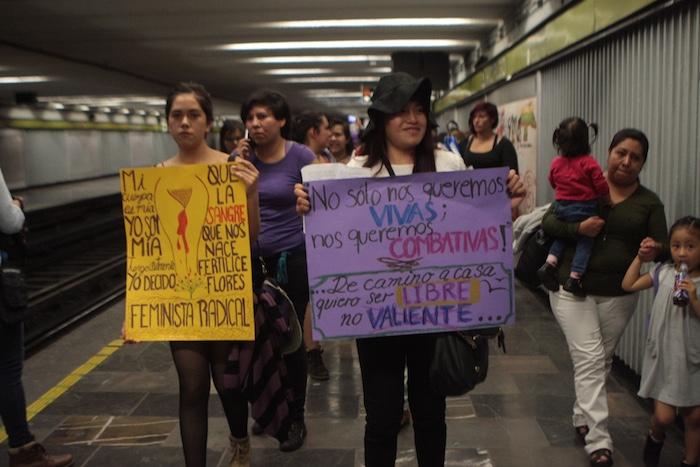 Mujeres y hombres caminaron por los andenes Del pancartas estafadores metro. Foto: Valentina López / Sin Embargo