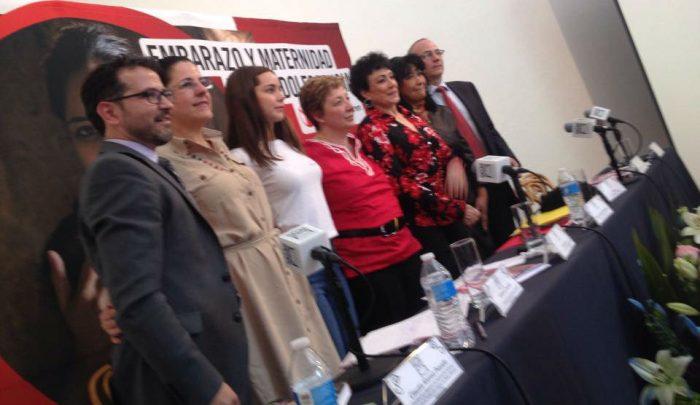 Integrantes de la ONG, voceras y funcionarios en la presentación del informe. Imagen: Especial