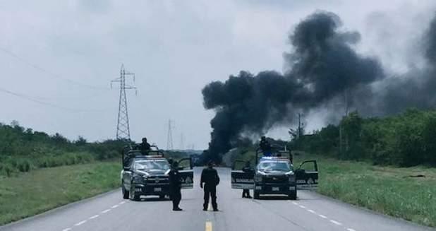Con llantas incendiadas y un tractocamión, unos sujetos desconocidos bloquearon la carretera Victoria-Monterrey. Foto: Valor por Tamaulipas.