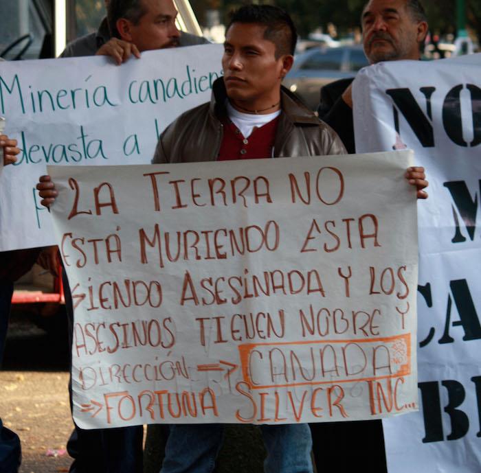 Habitantes de San Jose del progreso Oaxaca se manifestaron a las afueras de la embajada de Canada, para exigir justicia a los muertos por las minas en 2012. Foto: Cuartoscuro