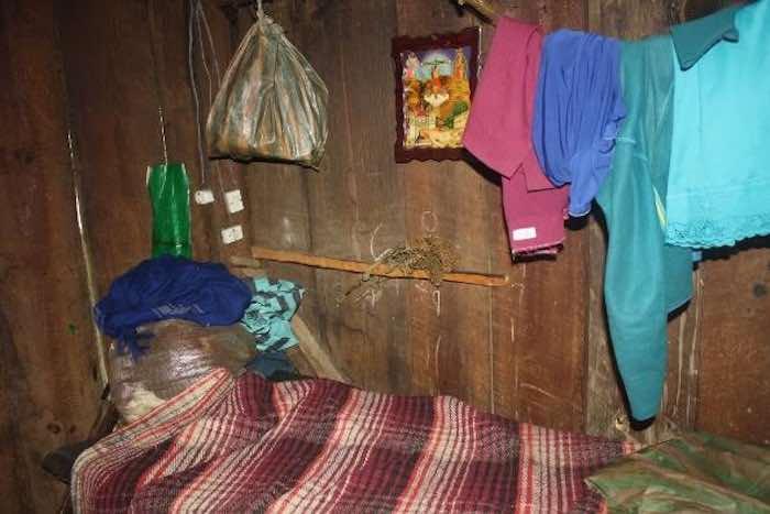 La estancia, donde se aprecia un pequeño catre con su cobija, ropajes, y una imagen religiosa. Foto: BlogExpediente.